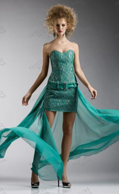 Открытое вечернее платье изумрудного цвета с кружевной отделкой.