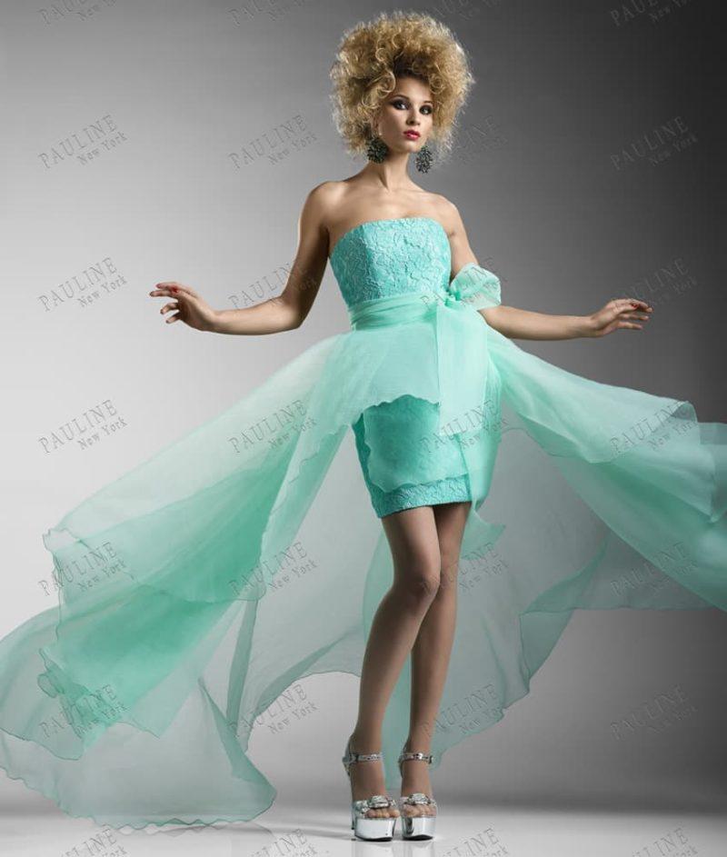 Короткое вечернее платье мятного оттенка с легкой полупрозрачной юбкой.