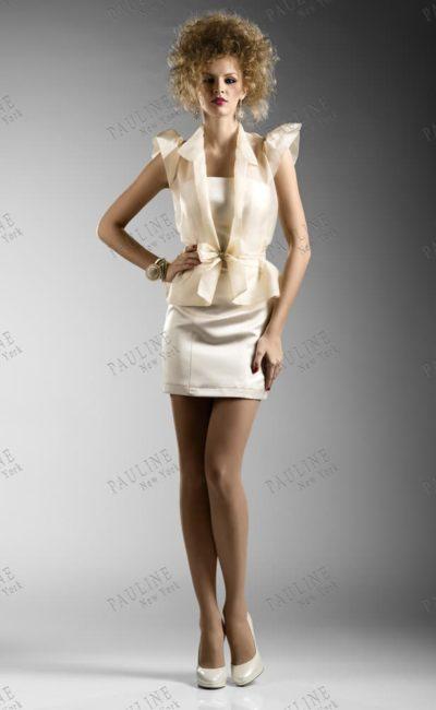 Короткое вечернее платье, дополненное полупрозрачным жакетом в тон.