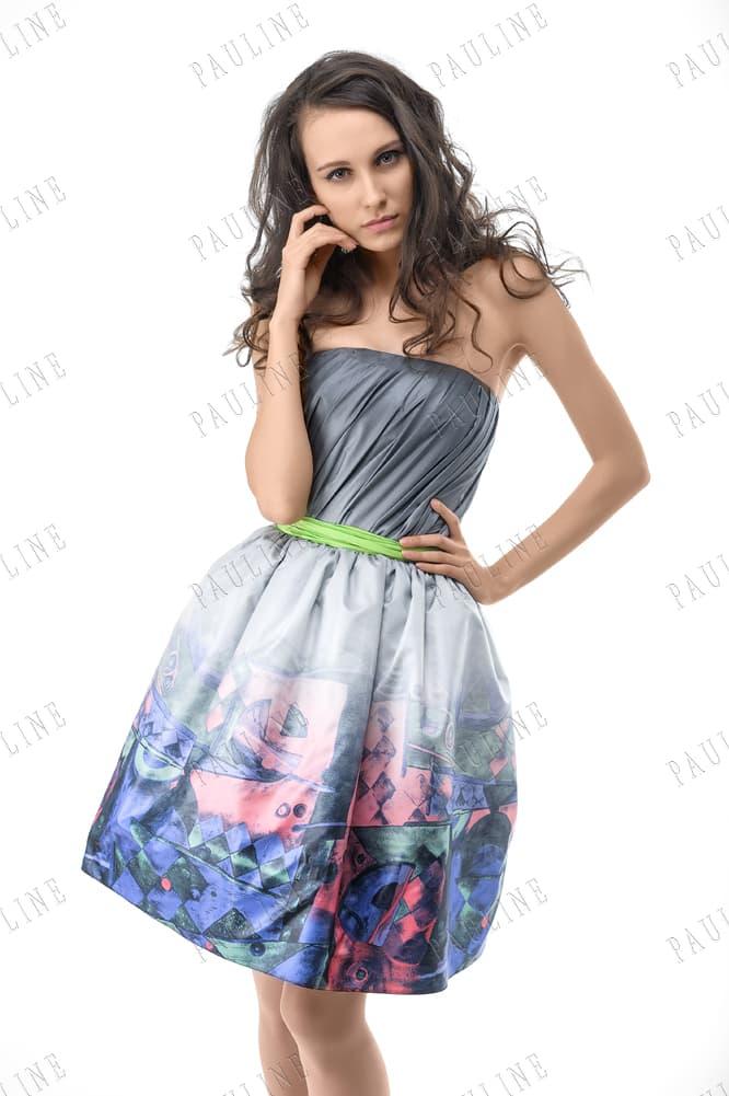 Атласное вечернее платье с короткой юбкой с оригинальным принтом.