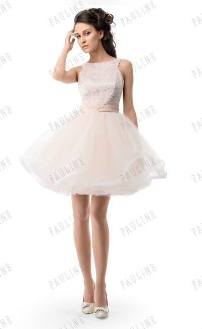 Кремовое вечернее платье с многослойной юбкой и лифом, украшенным бисером.