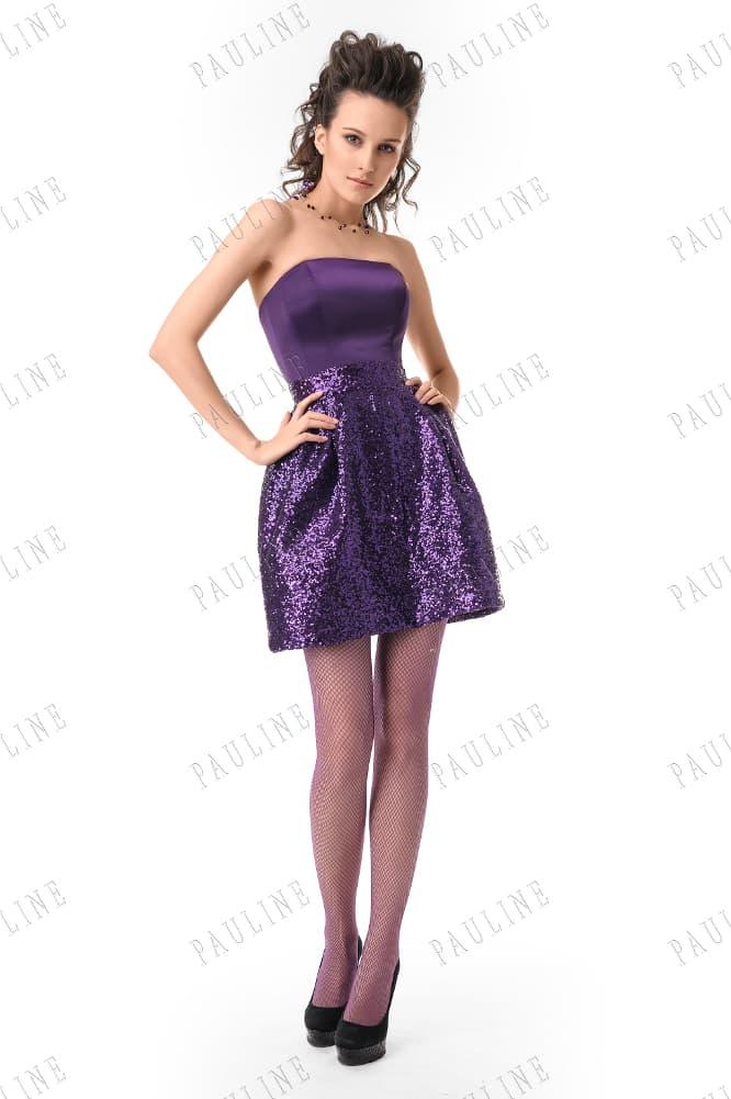 Фиолетовое вечернее платье с короткой юбкой в пайетках и прямым декольте.