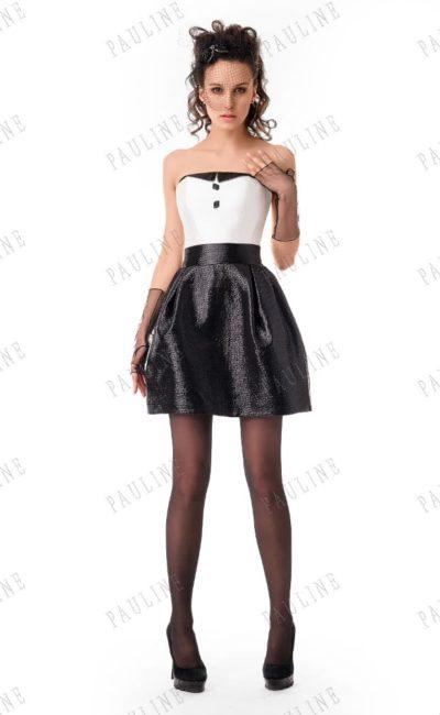 Короткое вечернее платье с белым открытым корсетом и черной глянцевой юбкой.