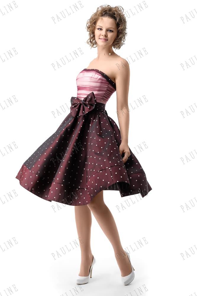 Открытое вечернее платье с бордовой юбкой в крупный горошек.