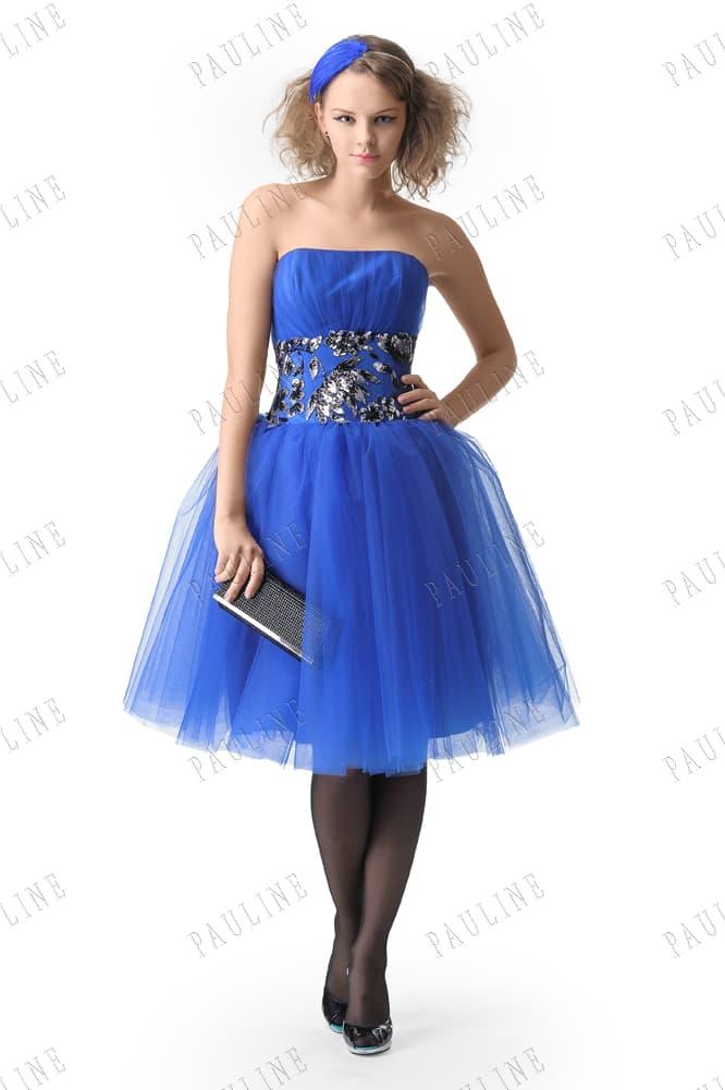Вечернее платье насыщенного синего цвета с пышной юбкой и глянцевым декором.