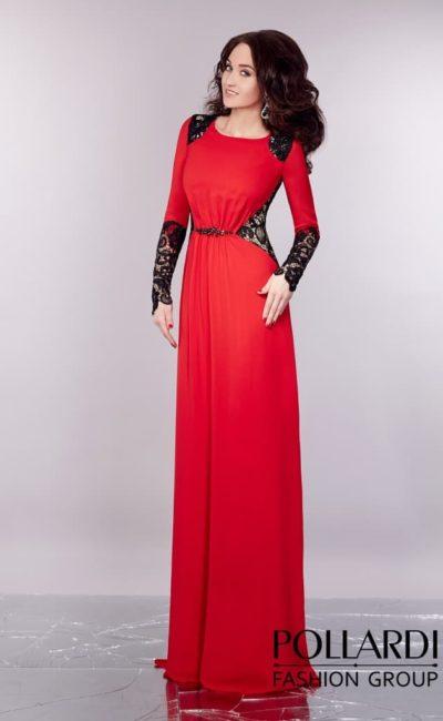 Прямое вечернее платье насыщенного красного цвета, декорированное черным кружевом.