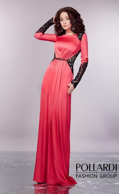 Атласное вечернее платье красного цвета с длинным рукавом, эффектно украшенное кружевом.