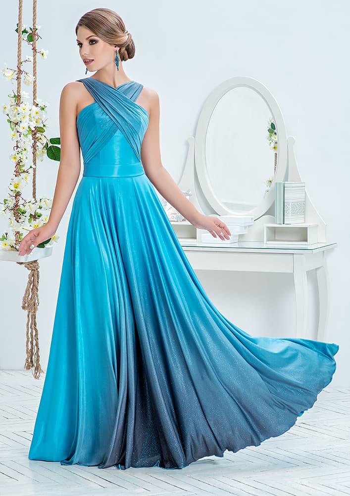 Голубое вечернее платье прямого кроя с драпировками на лифе.