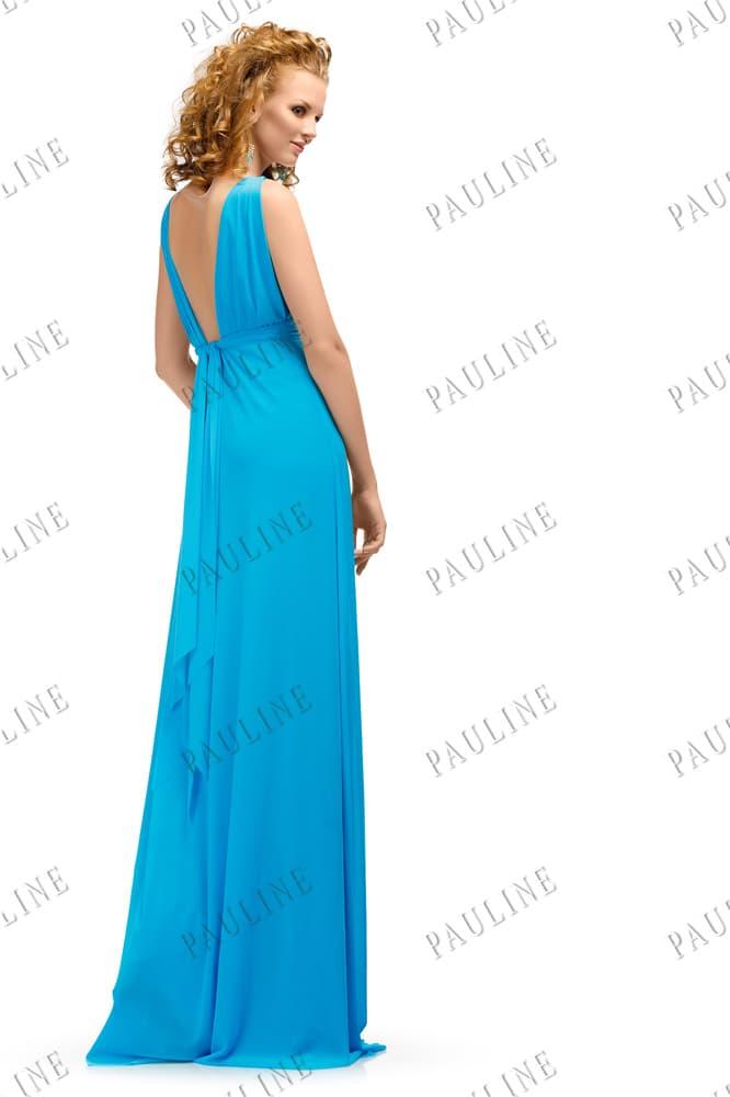 Яркое голубое вечернее платье с прямой юбкой и V-образным вырезом сзади.