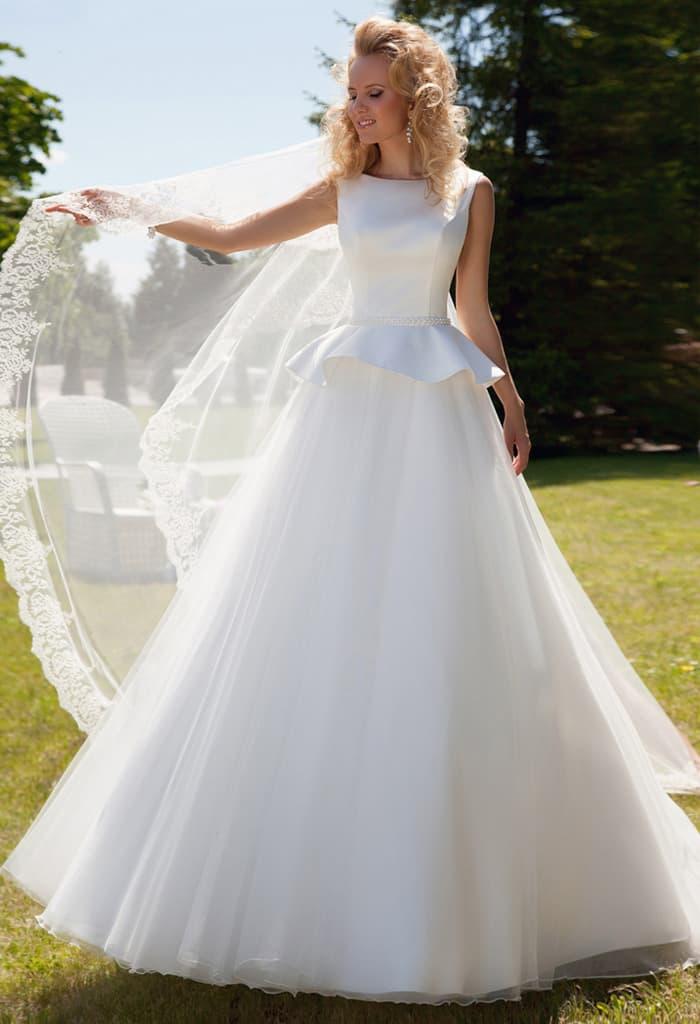 Атласное свадебное платье с пышной юбкой и объемной короткой баской.