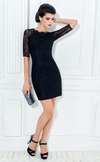 Элегантное вечернее платье черного цвета с кружевным рукавом.