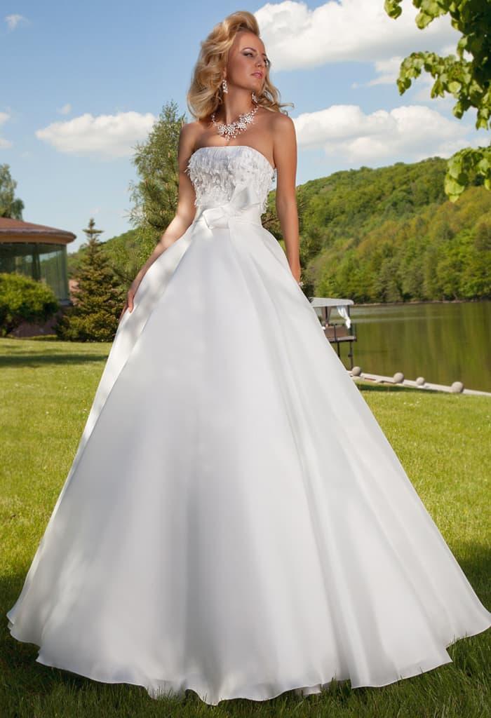 Деликатное свадебное платье с роскошной юбкой и лифом прямого кроя.
