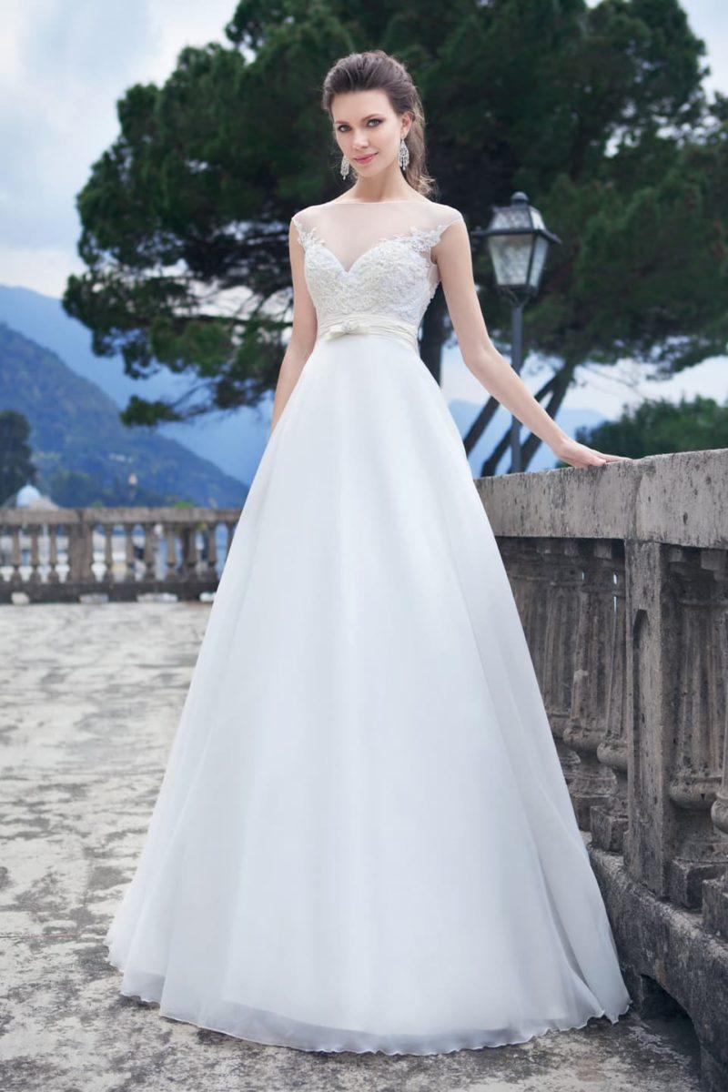 Шикарное свадебное платье с воздушной юбкой и кружевной отделкой закрытого верха.