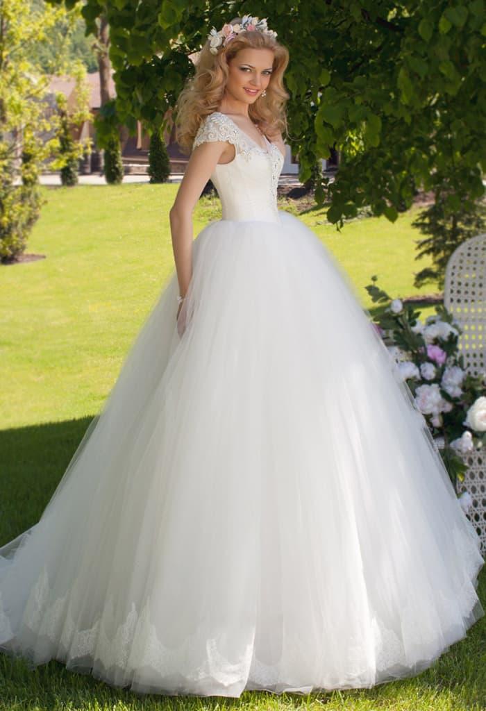 Пышное свадебное платье с женственным корсетом, дополненным кружевными бретельками.