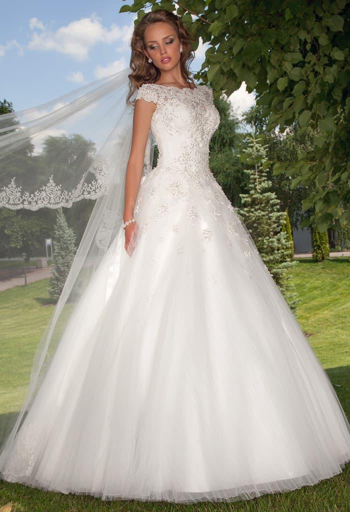 Роскошное свадебное платье с короткими кружевными рукавами и пышной юбкой.