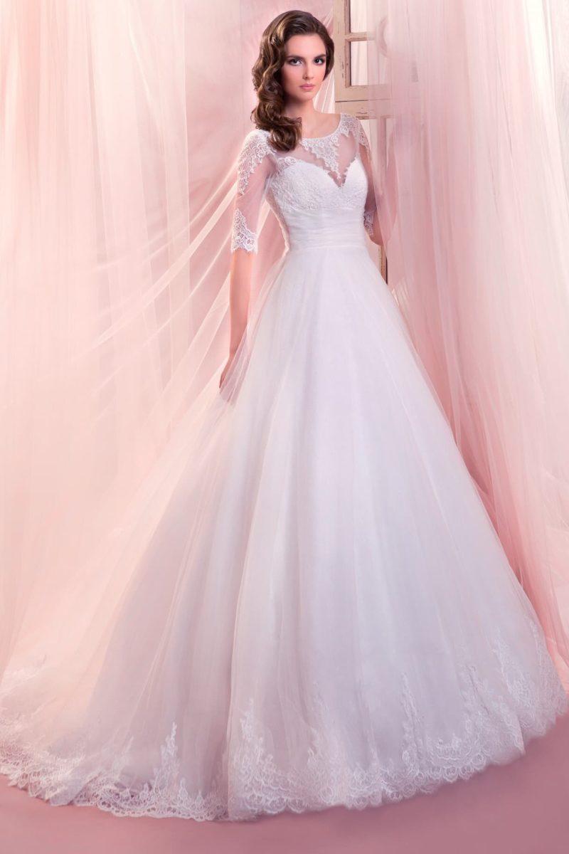 Стильное свадебное платье с многослойной юбкой и кружевным декором по рукавам и низу подола.