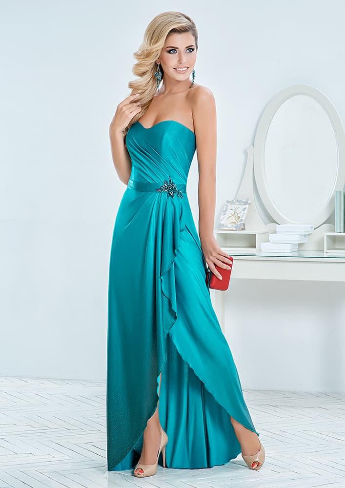 Атласное вечернее платье с укороченной спереди юбкой и узким поясом.