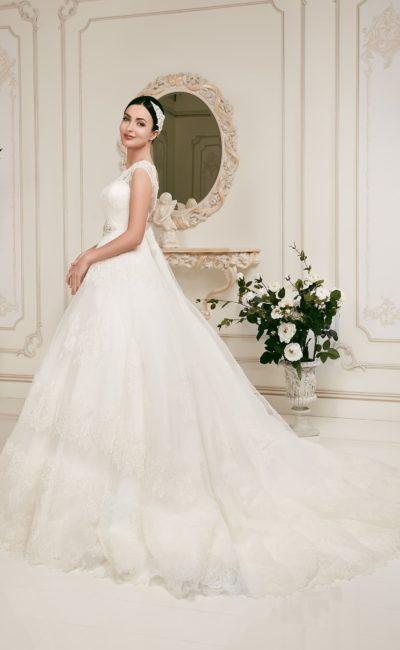 Закрытое свадебное платье с кружевной вставкой над лифом и бисерной вышивкой на поясе.