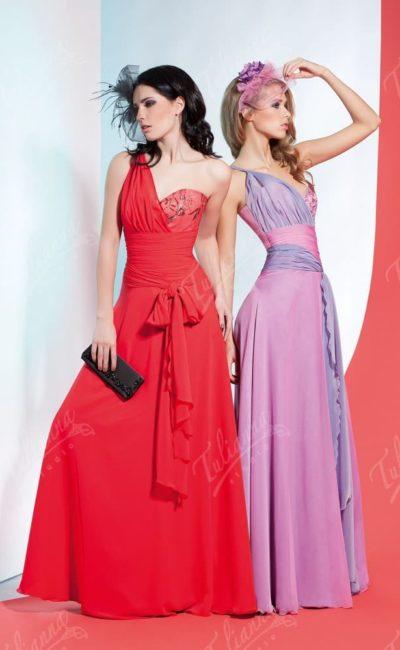 Прямое вечернее платье с асимметричным лифом и длинной юбкой.