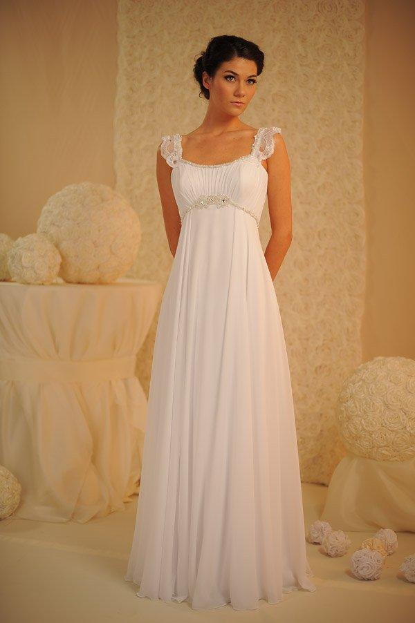 Прямое свадебное платье с завышенной талией и полупрозрачными бретелями.