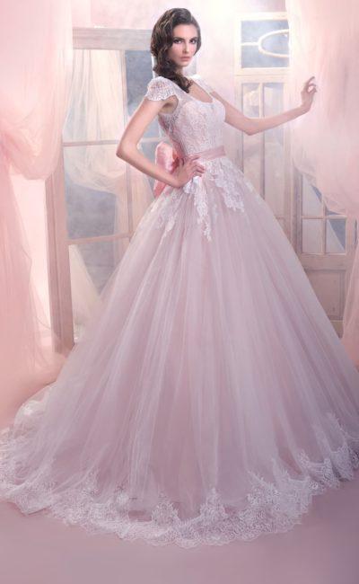 Свадебное платье из розовой ткани, декорированное плотным белым кружевом по корсету.