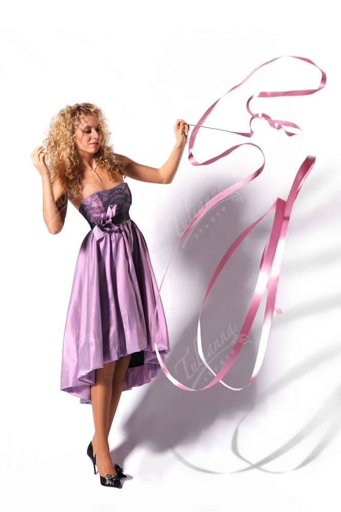 Лиловое короткое вечернее платье с открытым лифом, украшенным вышивкой.