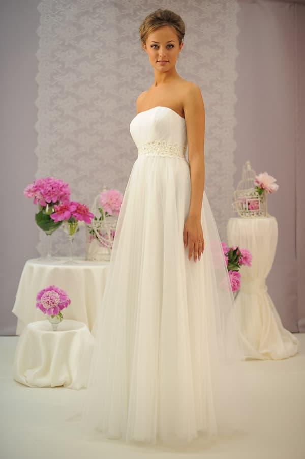 Открытое свадебное платье в греческом стиле, дополненное поясом с вышивкой.