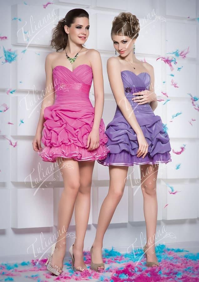 Короткое вечернее платье с юбкой, покрытой объемными оборками.