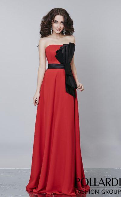 Чувственное алое вечернее платье прямого кроя с драматичным черным декором сбоку.