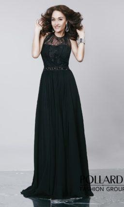 Черное вечернее платье с закрытым лифом с вырезом под горло и юбкой прямого кроя.