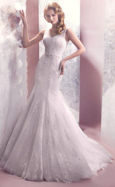 Изящное свадебное платье «рыбка» с полупрозрачной кружевной спинкой и узким поясом на талии.