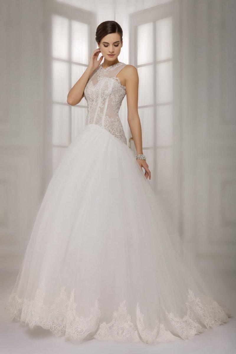 Великолепное свадебное платье с пышным низом и полупрозрачным кружевным лифом с вырезом под шею.