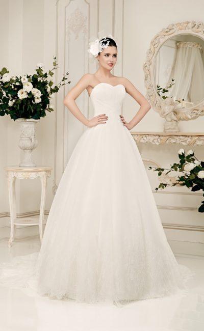 Утонченное свадебное платье с лифом в форме сердца и пышной юбкой, украшенной кружевом.