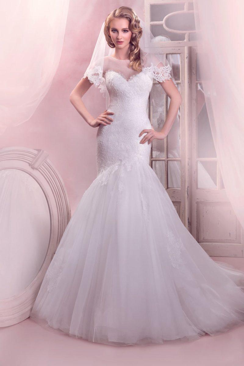 Свадебное платье «русалка» с отделкой из кружева и полупрозрачной ткани, скрывающей декольте.