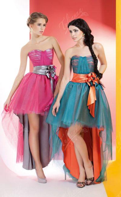Вечернее платье с широким поясом из атласа и многослойным подолом.
