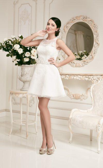 Короткое свадебное платье с многослойным подолом и изящным закрытым лифом.