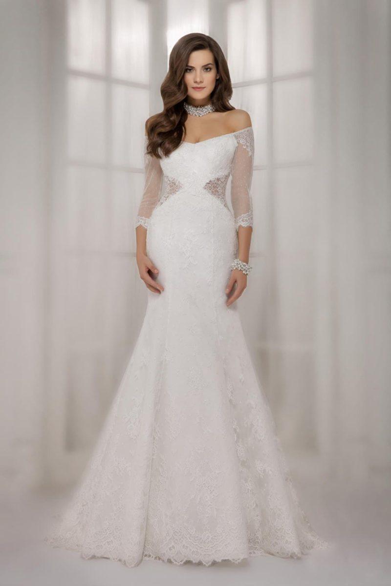 Свадебное платье с портретным вырезом, ажурными вставками по бокам корсета и длинным рукавом.