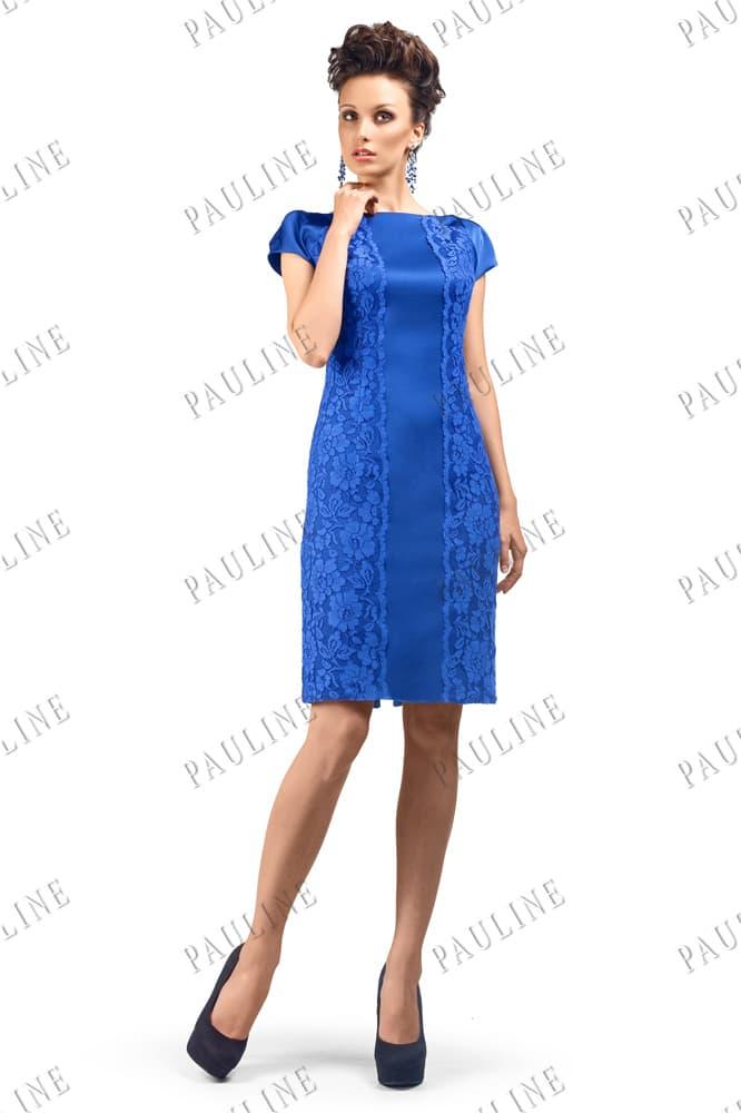 Короткое вечернее платье синего цвета с декором из кружева.