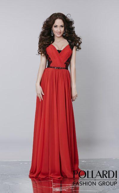 Красное вечернее платье прямого кроя с ажурным контрастным декором корсета.