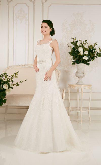 Свадебное платье «рыбка» с кружевной отделкой и фигурными бретелями над открытым лифом.