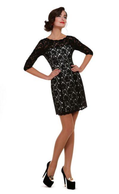 Кружевное вечернее платье-футляр с контрастной атласной подкладкой.