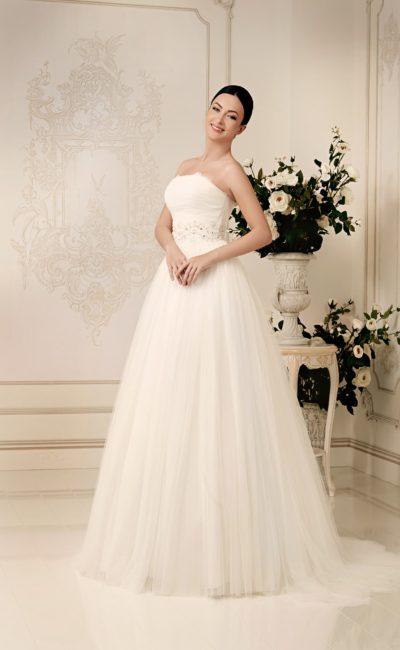 Открытое свадебное платье торжественного кроя с широкой полосой вышивки на талии.