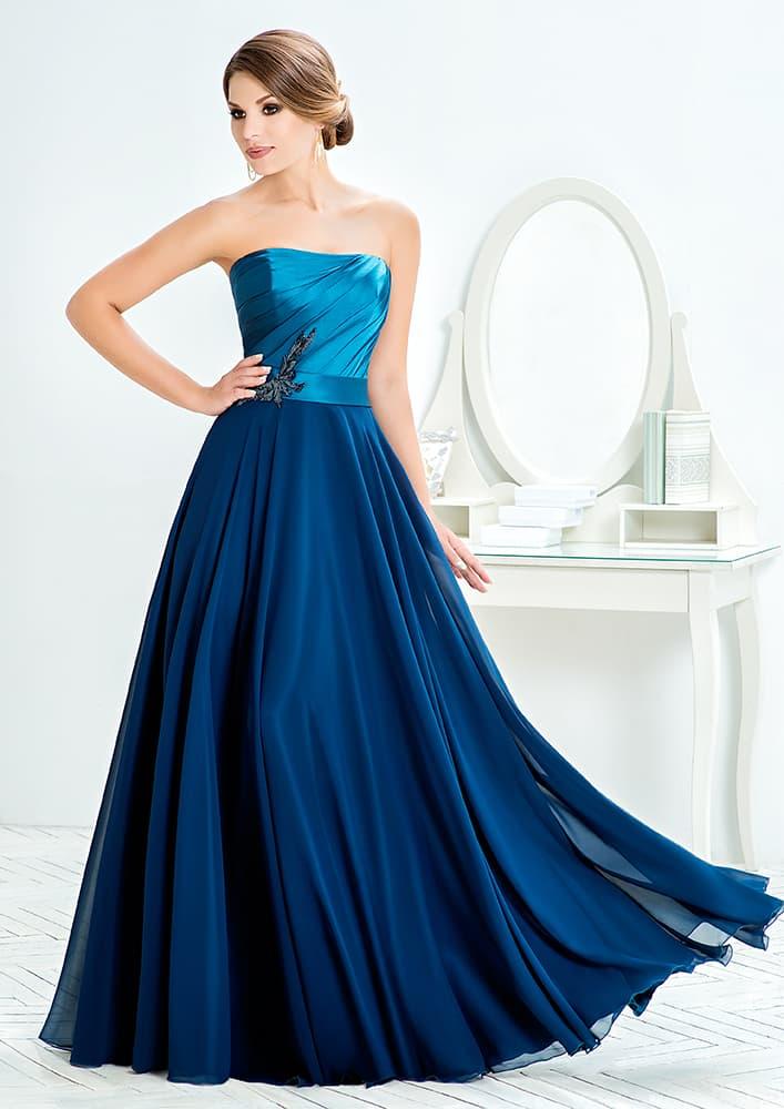 Открытое вечернее платье с прямым декольте и многослойной юбкой.