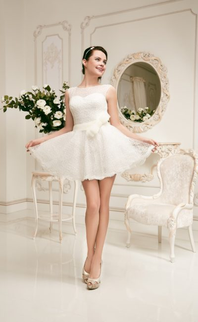 Короткое свадебное платье с открытой спинкой и отделкой фактурной тканью по всей длине.