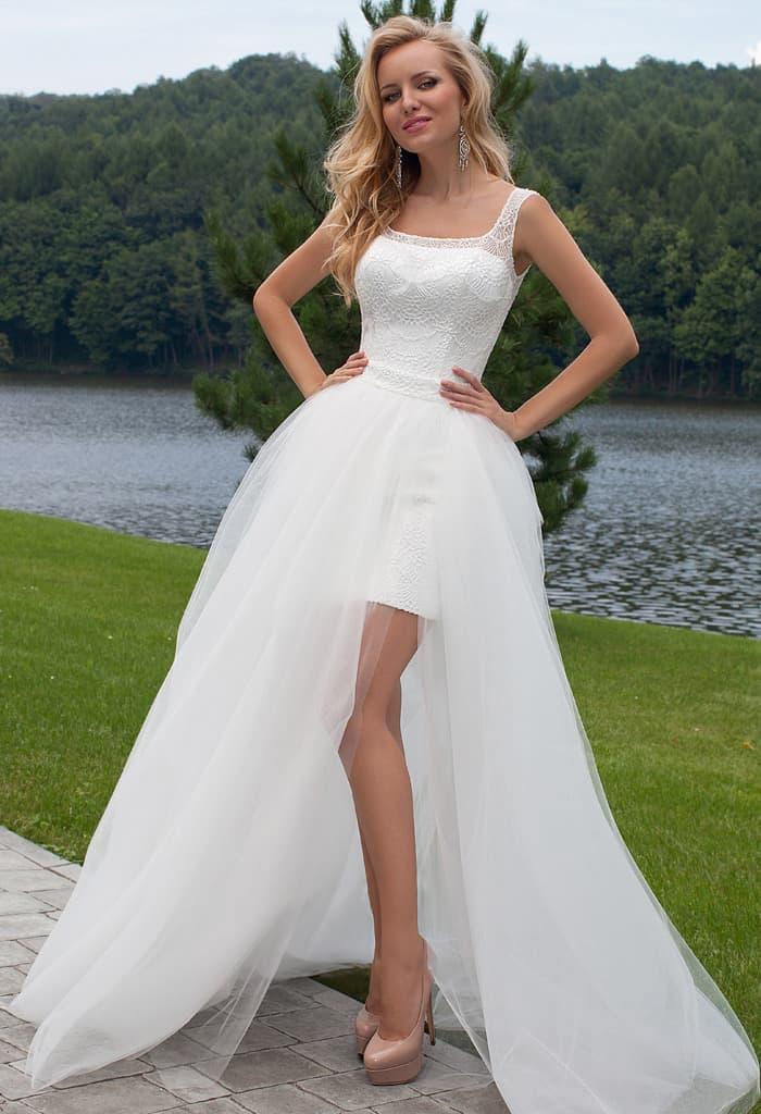 Соблазнительное свадебное платье с пышной верхней юбкой с разрезами.