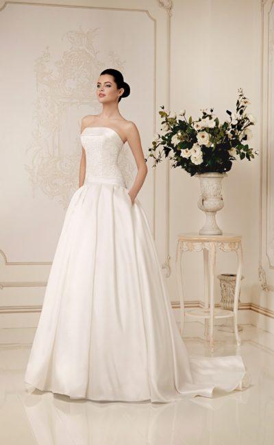 Атласное свадебное платье со скрытыми карманами и лаконичным корсетом с прямым декольте.
