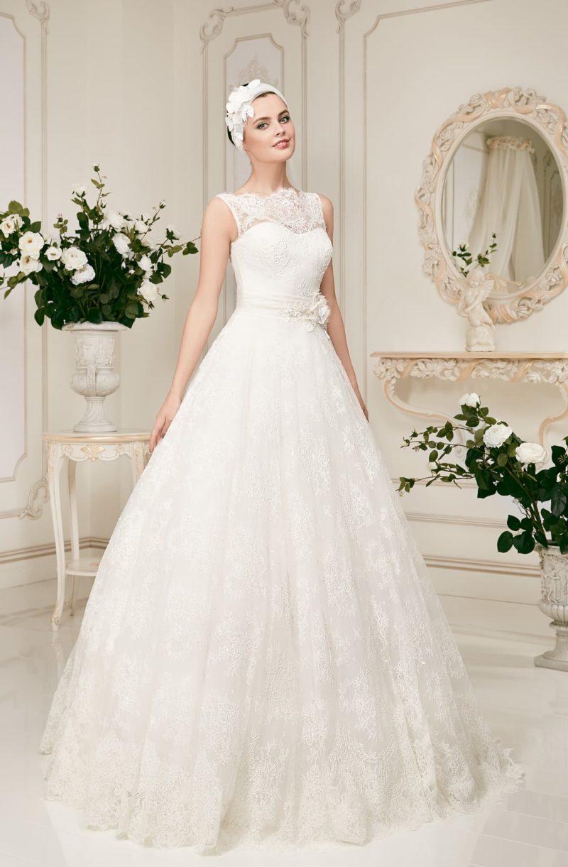 Кружевное свадебное платье роскошного кроя с широким поясом, украшенным сбоку бутоном.