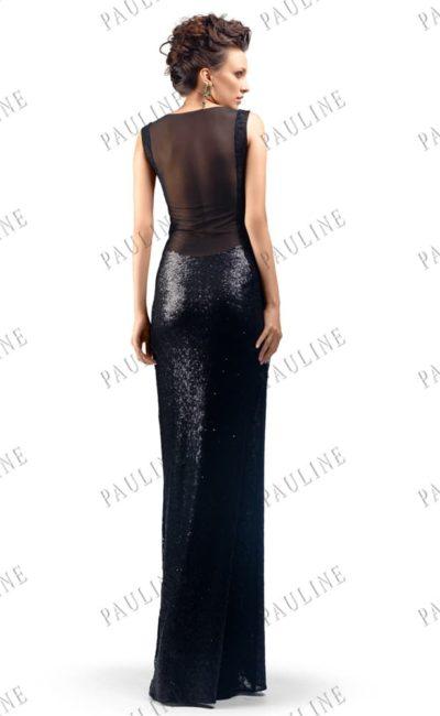 Черное вечернее платье из сияющей ткани с тонкой вставкой на спинке.