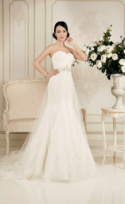 Свадебное платье с прозрачным верхом юбки кроя «трапеция» и открытым лифом в форме сердца.