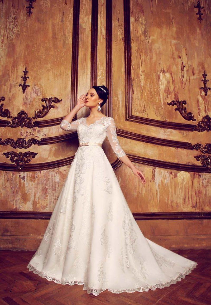 Свадебное платье «трапеция» с женственным декольте и полупрозрачными длинными рукавами.